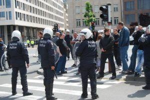De violents incidents éclatent entre la police et des extrémistes de gauche qui cherchaient à se confronter aux militants de NATION