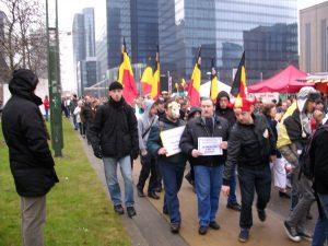 NATION se fait remarquer dans l'imposante manifestation « Shame » qui protestait contre la gestion politicienne de la crise institutionnelle belge.