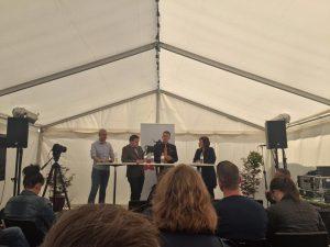 À Copenhague où l'APF (grâce à sa branche danoise, le Danskernes Parti) a participé à une importante fête populaire où tous les partis, même ceux anti-système, peuvent organiser des débats publics.