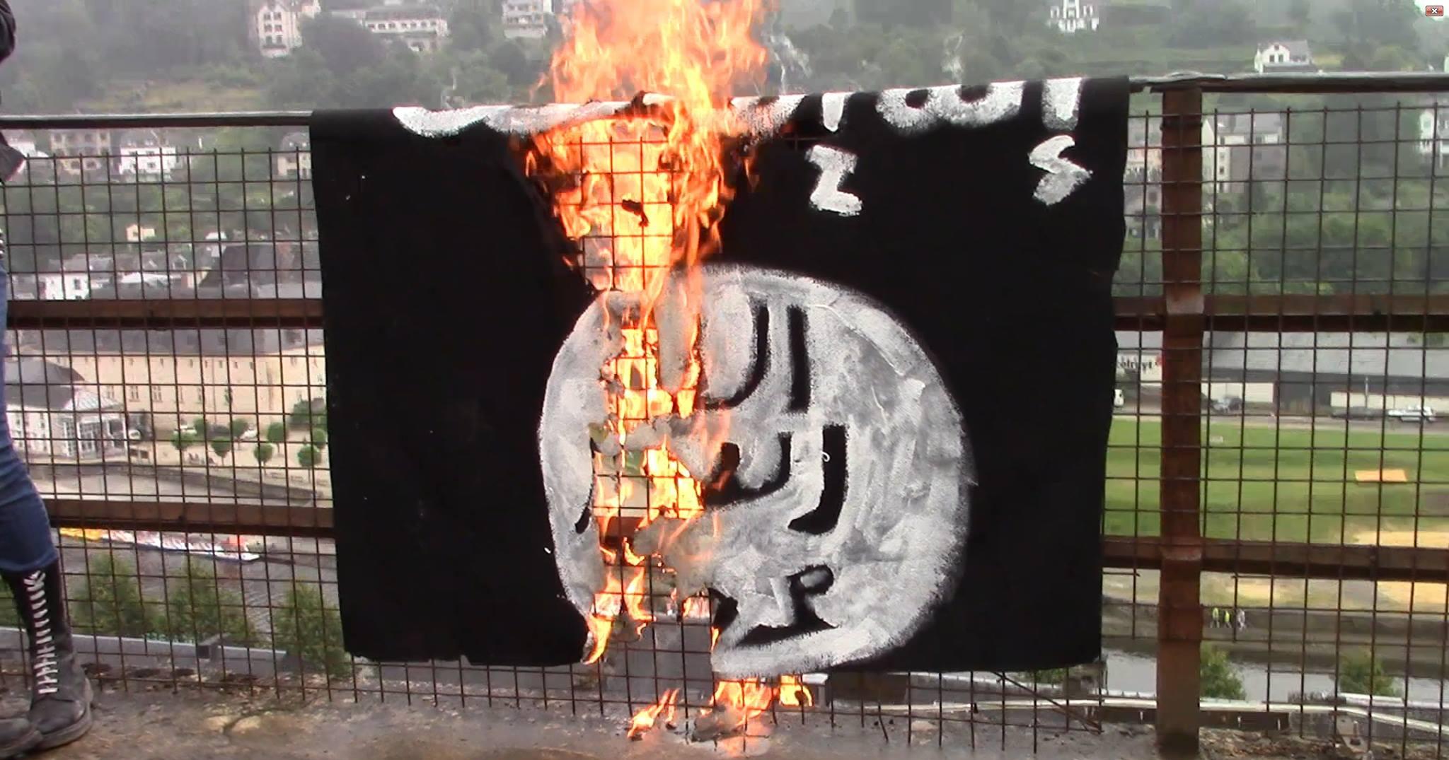 NATION manifeste et brûle un drapeau de DAESH à Bouillon !